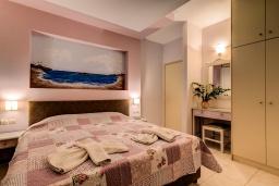 Спальня. Греция, Скалета : Апартамент в 20 метрах от пляжа, с гостиной, отдельной спальней и балконом с видом на море