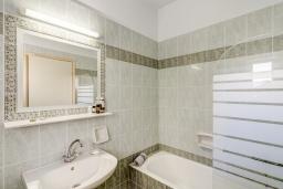Ванная комната. Греция, Скалета : Апартамент в 20 метрах от пляжа, с гостиной, отдельной спальней и балконом с видом на море