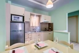 Кухня. Греция, Скалета : Апартамент в 20 метрах от пляжа, с гостиной, отдельной спальней и балконом с видом на море