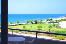 Балкон. Греция, Ретимно : Прекрасный апартамент в 50 метрах от пляжа, с гостиной, отдельной спальней и балконом с боковым видом на море