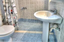 Ванная комната. Греция, Ретимно : Прекрасный апартамент в 50 метрах от пляжа, с гостиной, двумя спальнями и балконом с боковым видом на море