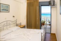 Спальня. Греция, Коккино Хорио : Прекрасный апартамент в 20 метрах от пляжа, с гостиной, двумя спальнями и балконом с видом на море