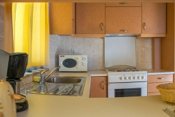 Кухня. Греция, Коккино Хорио : Прекрасный апартамент в 20 метрах от пляжа, с гостиной, двумя спальнями и балконом с видом на море