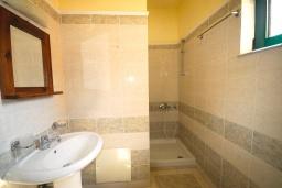 Ванная комната. Греция,  Ханья : Апартамент в комплексе с бассейном, с гостиной, двумя спальнями и балконом