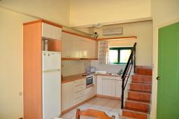 Кухня. Греция,  Ханья : Апартамент в комплексе с бассейном, с гостиной, двумя спальнями и балконом