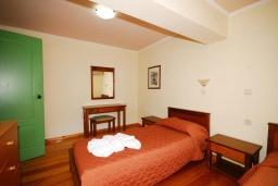 Спальня 2. Греция,  Ханья : Апартамент в комплексе с бассейном, с гостиной, двумя спальнями и балконом
