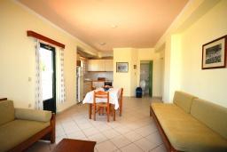 Гостиная. Греция,  Ханья : Апартамент в комплексе с бассейном, с гостиной, двумя спальнями и балконом