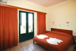 Спальня. Греция,  Ханья : Апартамент в комплексе с бассейном, с гостиной, двумя спальнями и балконом