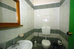 Ванная комната 2. Греция,  Ханья : Апартамент в комплексе с бассейном, с гостиной, тремя спальнями, тремя ванными комнатами и балконом