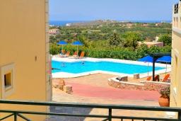 Вид на море. Греция,  Ханья : Апартамент в комплексе с бассейном, с гостиной, тремя спальнями, тремя ванными комнатами и балконом