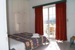 Спальня. Греция, Георгиуполис : Апартамент в комплексе с бассейном, с гостиной, отдельной спальней и балконом с видом на море