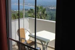 Балкон. Греция, Георгиуполис : Апартамент в комплексе с бассейном, с гостиной, отдельной спальней и балконом с видом на море
