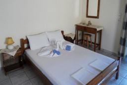 Спальня. Греция, Плакиас : Апартамент возле пляжа с гостиной, отдельной спальней и террасой с видом на море