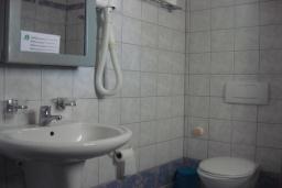 Ванная комната. Греция, Фаласарна : Апартамент недалеко от пляжа, с гостиной, отдельной спальней и балконом