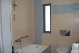 Ванная комната 2. Греция, Киссамос Кастели : Апартамент в комплексе с бассейном, с просторной гостиной, тремя спальнями, двумя ванными комнатами и балконом