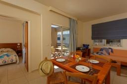 Гостиная. Греция, Платаньяс : Прекрасный апартамент в комплексе с бассейном и пляжем, с гостиной, отдельной спальней и балконом