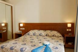 Спальня. Греция, Платаньяс : Прекрасный апартамент в комплексе с бассейном и пляжем, с гостиной, отдельной спальней и балконом