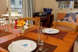 Гостиная. Греция, Платаньяс : Прекрасный апартамент в комплексе с бассейном и пляжем, с гостиной, отдельной спальней и балконом с видом на море