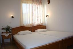 Спальня. Греция, Фаласарна : Апартамент с гостиной, отдельной спальней и балконом с видом на море