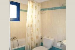 Ванная комната. Греция, Превели : Прекрасный апартамент возле пляжа, с гостиной, отдельной спальней и балконом с видом на море