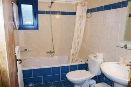 Ванная комната. Греция, Превели : Прекрасный апартамент возле пляжа, с гостиной, двумя спальнями и балконом с видом на море