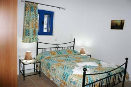 Спальня. Греция, Превели : Прекрасный апартамент возле пляжа, с гостиной, двумя спальнями и балконом с видом на море