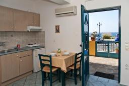 Студия (гостиная+кухня). Греция, Панормо : Прекрасная студия в комплексе с бассейном и в 50 метрах от пляжа, с балконом и видом на море
