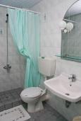 Ванная комната. Греция, Панормо : Прекрасная апартамент в комплексе с бассейном и в 50 метрах от пляжа, с гостиной, отдельной спальней и балконом