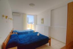 Спальня 2. Греция, Плакиас : Прекрасная апартамент в комплексе с бассейном в 80 метрах от пляжа, с гостиной, двумя спальнями и балконом