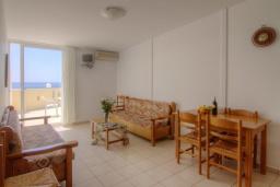 Гостиная. Греция, Плакиас : Прекрасная апартамент в комплексе с бассейном в 80 метрах от пляжа, с гостиной, двумя спальнями и балконом