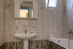 Ванная комната. Греция, Плакиас : Прекрасная апартамент в комплексе с бассейном в 80 метрах от пляжа, с гостиной, двумя спальнями и балконом