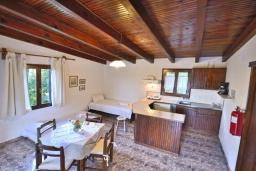Гостиная. Греция, Киссамос Кастели : Бунгало в комплексе с бассейном в 100 метрах от пляжа, с гостиной, отдельной спальней и террасой с частичным видом на море