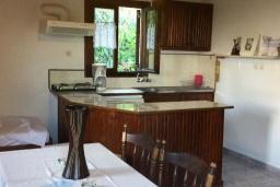 Кухня. Греция, Киссамос Кастели : Бунгало в комплексе с бассейном в 100 метрах от пляжа, с гостиной, отдельной спальней и террасой с частичным видом на море