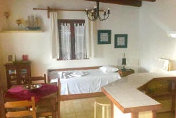 Гостиная. Греция, Киссамос Кастели : Бунгало в комплексе с бассейном в 100 метрах от пляжа, с гостиной, отдельной спальней и террасой с видом на море