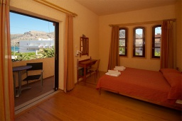 Спальня. Греция, Палеохора : Апартамент в комплексе с садом в 50 метрах от пляжа, с гостиной, отдельной спальней и балконом