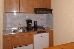 Кухня. Греция, Палеохора : Апартамент в комплексе с садом в 50 метрах от пляжа, с гостиной, двумя спальнями и балконом