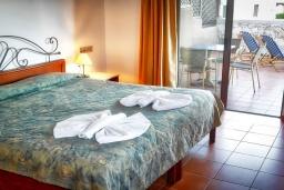 Спальня. Греция, Каливес : Прекрасный апартамент в комплексе с бассейном, с гостиной, отдельной спальней и балконом с видом на море