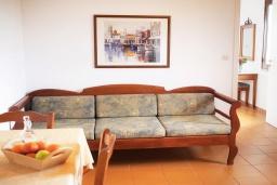 Гостиная. Греция, Каливес : Прекрасный апартамент в комплексе с бассейном, с гостиной, отдельной спальней и балконом с видом на море