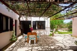 Терраса. Греция, Плакиас : Апартамент в комплексе с зеленым садом и детской площадкой, 100 метров до пляжа, гостиная, 2 спальни, терраса
