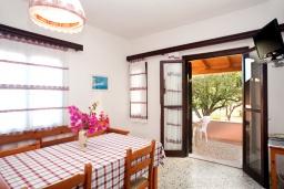Гостиная. Греция, Плакиас : Апартамент в комплексе с зеленым садом и детской площадкой, 100 метров до пляжа, гостиная, 2 спальни, терраса