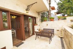 Терраса. Греция, Панормо : Современный апартамент в 50 метрах от моря, с гостиной, двумя спальнями, двумя ванными комнатами и террасой