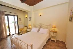 Спальня. Греция, Панормо : Современный апартамент в 50 метрах от моря, с гостиной, двумя спальнями и балконом с видом на море