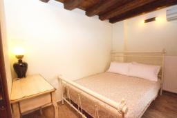 Спальня 2. Греция, Панормо : Современный апартамент в 50 метрах от моря, с гостиной, двумя спальнями и балконом с видом на море