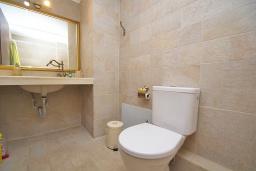 Ванная комната. Греция, Панормо : Современный апартамент в 50 метрах от моря, с гостиной, двумя спальнями и балконом с видом на море