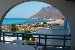 Балкон. Греция,  Ханья : Апартамент в комплексе с бассейном и пляжем, с гостиной, отдельной спальней и балконом с видом на море