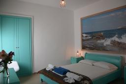 Спальня. Греция,  Ханья : Апартамент в комплексе с бассейном и пляжем, с гостиной, двумя спальнями и балконом с видом на море