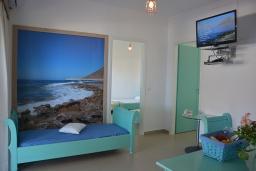 Гостиная. Греция,  Ханья : Апартамент в комплексе с бассейном и пляжем, с гостиной, двумя спальнями и балконом с видом на море