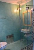 Ванная комната. Греция,  Ханья : Апартамент в комплексе с бассейном и пляжем, с гостиной, двумя спальнями и балконом с видом на море