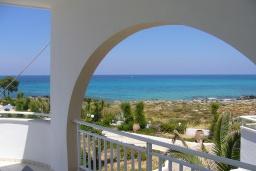 Балкон. Греция,  Ханья : Апартамент в комплексе с бассейном и пляжем, с гостиной, двумя спальнями и балконом с видом на море