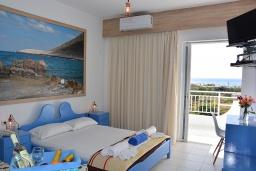 Спальня. Греция,  Ханья : Апартамент в комплексе с бассейном и пляжем, с двумя спальнями, двумя ванными комнатами и балконом с видом на море